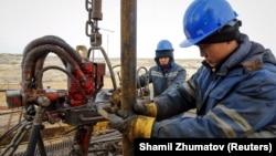 Қызылорда облысы аумағындағы кеніште мұнай өндіріп жатқан жұмысшылар (Көрнекі сурет).