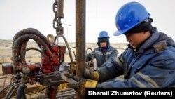 """""""ҚазМұнайГаз""""-дың еншілес компаниясының жұмысшылары кеніш басында. Қызылорда облысы, 21 қаңтар 2016 жыл"""
