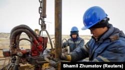 Работники нефтедобывающей компании на месторождении в Кызылординской области. 21 января 2016 года.