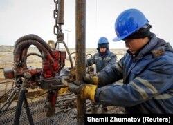 На предприятии нефтяной компании «КазМунайГаз» в Кызылординской области. 21 января 2016 года.