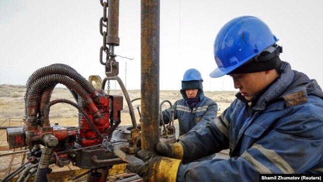 Нефтяники на месторождении в Кызылординской области.
