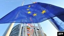 Флаг Евросоюза перед зданием Европарламента в Страсбурге