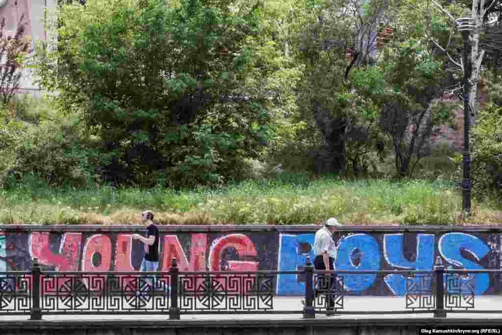 Набережна Салгіра. Місцеві художники малюють всюди, де є хоч найменша можливість споглядання іншими їхньої творчості