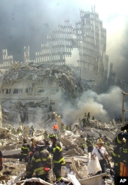 Structura metalică a ceea ce a fost cțndva fațada unuia din turnurile gemene de la World Trade Center, New York, 11 septembrie 2001.