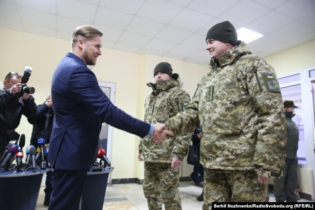 Зустріч прикордонників з родичами у лікарні, Київ, 2 березня 2018 року