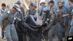 Ауғанстандағы жарылыс орнында жүрген полицейлер. (Көрнекі сурет)