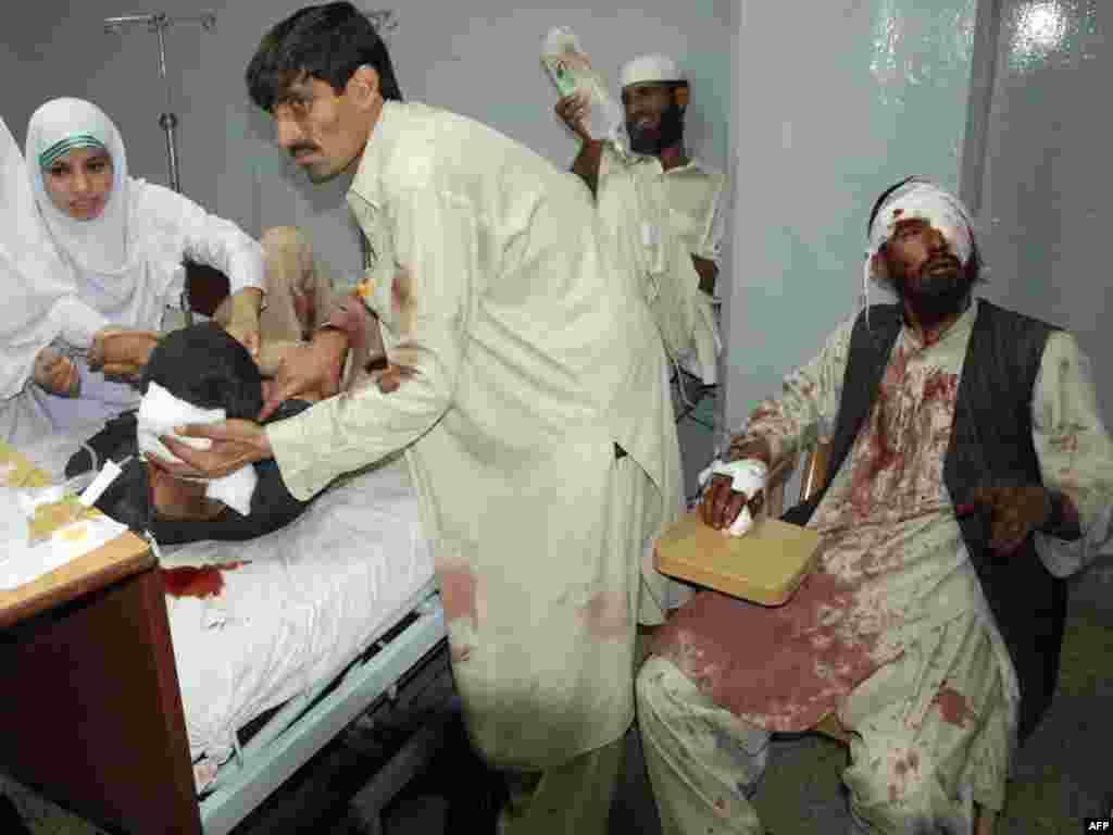 Крупный теракт в мечети в Пакистане: смертник привел в действие взрывное устройство во время пятничной молитвы. Погибли около 60 человек, ранены более 100 (AFP)