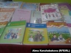 Базарда сатылып жатқан оқулықтар. Алматы, 19 қазан 2015 жыл.