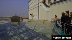 Туристлар Казан кирмәнендә ханнар төрбәсен карый