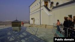 Туристлар Казан ханнары төрбәсен карый