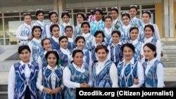 К приезду президента Туркменистана Гурбангулы Бердымухамедова в Хорезмскую область женщин и девушек одели в одинаковую одежду.