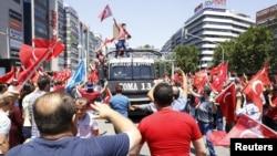 Анкарада президент Эрдоган тарафдарлары фетнә бастырылуны бәйрәм итә