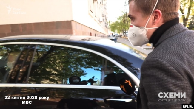 Коли авто під'їхало, журналісти спробували поцікавитися в Котвіцького про причини відвідин МВС