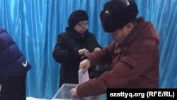 Голосование на избирательном участке № 654 в Петропавловске. 20 марта 2016 года.