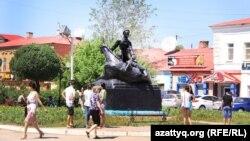 Люди у памятника красноармейцу Мише Гаврилову. Уральск, 2 июня 2015 года.