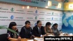 Баспасөз жиынын өткізіп отырған Қоянды ауылының тұрғындары. Астана, 7 қараша 2014 жыл.