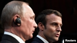 Orsýetiň prezidenti Wladimir Putin we onuň fransuz kärdeşi Emmanuel Makron. 29-njy maý, 2017 ý.