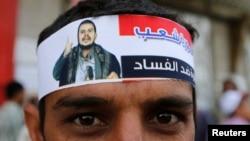 Yəməndə şiə qiyamçıların tərəfdarları başlarına Abdel-Malek al-Houthi-nin fotosu olan sarğı bağlayırlar.