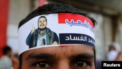 یکی از حامیان جنبش حوثی با سربندی که تصویر عبدالملک الحوثی، رهبر این گروه بر آن نقش بسته است