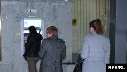 Луѓе чекаат пред банкомат