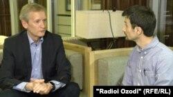 Корреспондент Радио Озоди Сайф Сафар беседует с Тиит Ландом