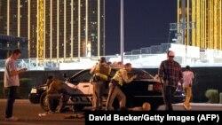 Сотрудники полиции после инцидента со стрельбой у места проведения фестиваля музыки Route 91 Harvest. Лас-Вегас, 1 октября 2017 года.