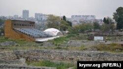 Трехсоттонная трибуна для зрителей, возведенная на территории древнего городища. Октябрь 2019 года