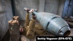 Український військовослужбовець робить вправи неподалік лінії фронту у селищі Водяне Донецької області. 16 жовтня 2017 року