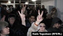 Сторонники гражданских активистов Серикжана Мамбеталина и Ермека Нарымбаева выражают им поддержку в день оглашения их приговора. Алматы, 22 января 2016 года.