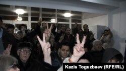 Серикжан Мамбеталин менен Эрмек Нарымбаевдин тарапташтары.