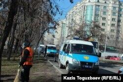 Митинг өтіп жатқан кезде саябақ маңында полиция көліктері тұрды. Алматы, 29 ақпан 2020 жыл.
