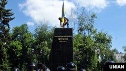 На постаменті, з якого знесли пам'ятник маршалу СРСР Георгію Жукову, активісти встановили прапор України. Харків, 2 червня 2019 року