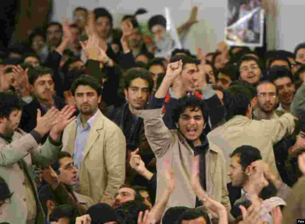 در بیستم آذر ماه ۱۳۸۵ شماری از دانشجویان دانشگاه امیر هنگام سخنرانی محمود احمدینژاد، رییسجمهوری ایران، دست به اعتراض زده و علیه وی شعار دادند.