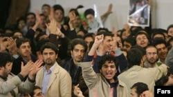 دانشجویان دانشگاه امیرکبیربه هنگام دیدار آقای احمدی نژاد از این دانشکاه نسبت به فشارسیاسی به نهاد دانشجویی اعتراض کردند