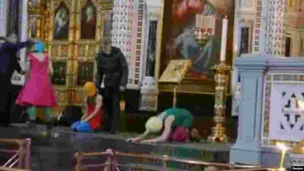 """Видео """"панк-молебна"""" на самом деле снималось в двух московских храмах: в Богоявленском соборе в Елохове и в храме Христа Спасителя, 19 и 21 февраля 2012 года. 21-го же в интернет был выложен и клип, ставший поводом для возбуждения уголовного дела против участниц группы. За пять с половиной лет оригинальную версию панк-молебна """"Богородица, Путина прогони!"""" посмотрели 3 миллиона 223 тысячи человек."""