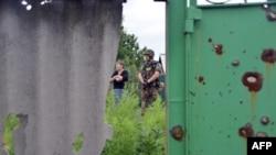 Украинские солдаты патрулируют деревню Семеновка в Донецкой области Украины, 14 июня 2014 года.