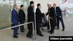 Муфтий Свердловской области Абдуль-Куддус (Николай) Ашарин встречает в аэропорту делегацию имамов из Узбекистана.
