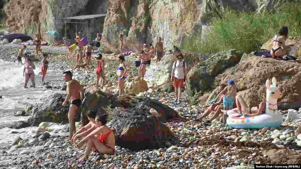 На пляже бывшей базы отдыха «Каравелла» у мыса Лермонтова – многолюдно