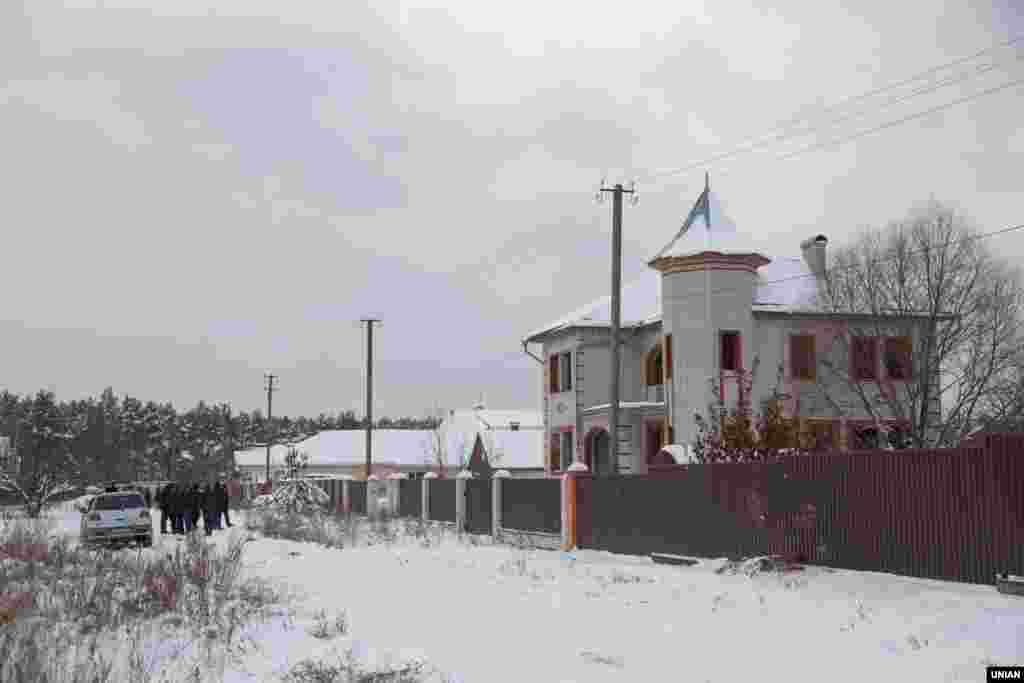 Уночі 4 грудня в селі Княжичі Київської області столичні оперативники за підтримки бійців спецпідрозділу КОРД готувалися до затримання групи підозрюваних у серії пограбувань