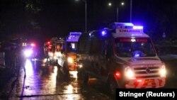 Автомобили скорой помощи у международного аэропорта Каликут, где в пятницу вечером (по местному времени) аварийно приземлился самолёт, прибывший из Дубая. 7 августа 2020.