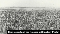 Заключенные концлагеря Майданек после освобождения. Июль 1944 года.