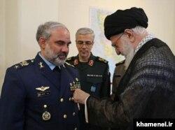 اعطای نشان نصر ۱ به حسن شاهصفی فرمانده نیروی هوایی ارتش
