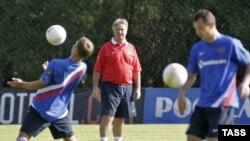 Гус Хиддинк руководит тренировкой сборной России