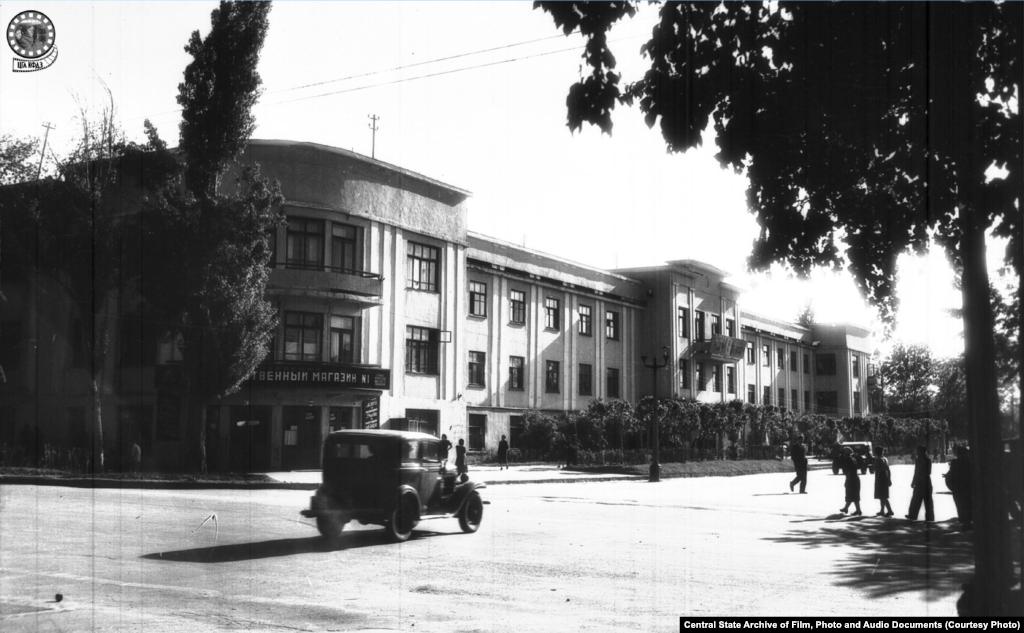 Здание правительства. 1947 год (слева).Первый Дом Наркоматов Казахской ССР был построен в 1934 году архитекторами Коростиным и Шевыревым. В нем располагалось несколько важных ведомств, в частности Наркомфин, Наркомзем и Наркомстрой. А там, где сейчас находится ресторан Ocean Basket, а до него было кафе «Солянка», когда-то работали продовольственный магазин и пельменная. В 1980-х значительная часть здания (со стороны тогдашней улицы Фурманова, которую три года назад переименовали в проспект Назарбаева, в честь теперь уже бывшего президента Казахстана), сгорела — сохранилась лишь его часть со стороны Панфилова.