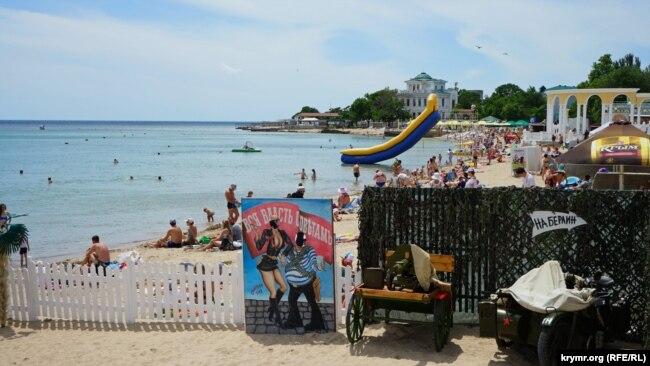 Евпатория, 15 июня 2017 года. Прямо на пляже желающие могут сфотографироваться на макете боевой тачанки с пулеметом Максима или на военном мотоцикле «на Берлин»