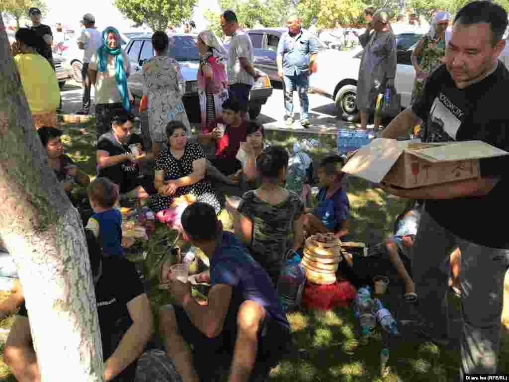 Прибывшим в Шымкент раздают еду и воду.