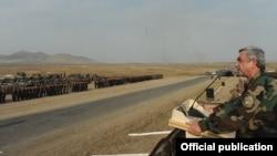 Նախագահ Սերժ Սարգսյանը Լեռնային Ղարաբաղում դիմում է զորավարժություններին մասնակցող զինվորներին, 23-ը հոկտեմբերի, 2012