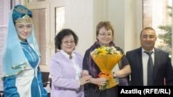 Гөлсинә Ниязова (уңнан икенче)
