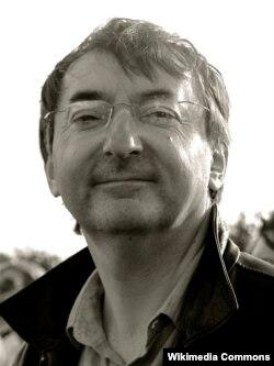 İngilis rejissoru Peter Kosminsky. Onun çəkdiyi filmlərin əksəriyyəti müharibədən bəhs edir.
