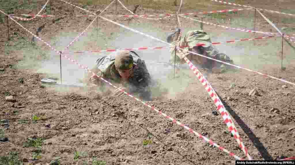 Військова естафета: подолання смуги перешкод